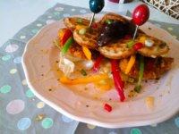 mezzel-csurgatott-waffle-szendvicsropogos-csirkemellel-es-piritott-baconnal7